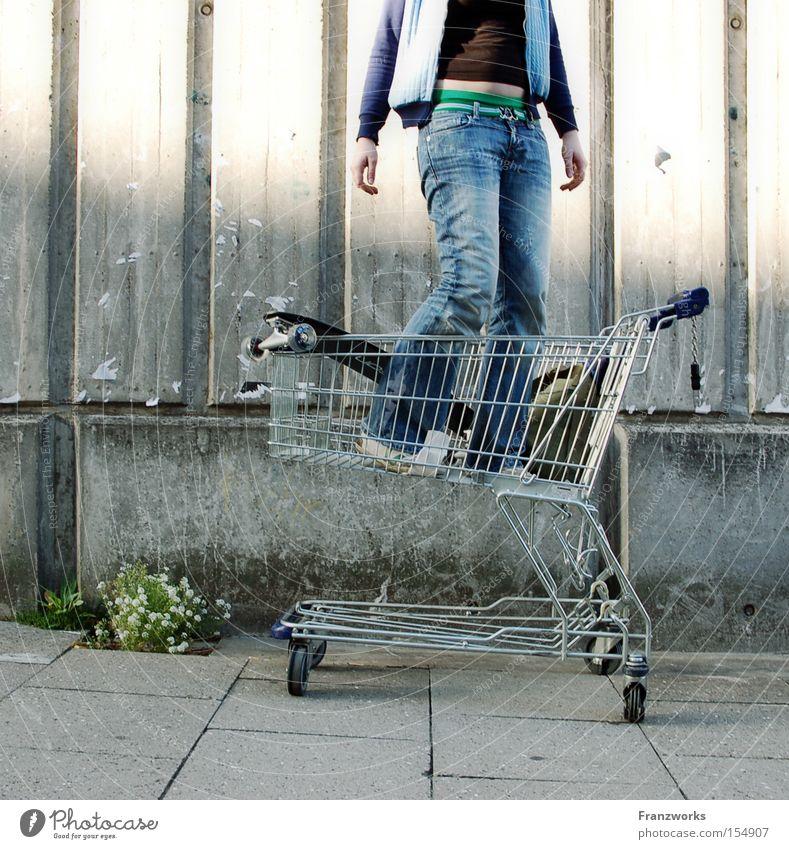 Kopfstütze. Jugendliche lustig Suche Beton Zukunft Bildung Skateboard Humor Generation Unsinn Einkaufswagen Unbekümmertheit kopflos Zukunftstraum