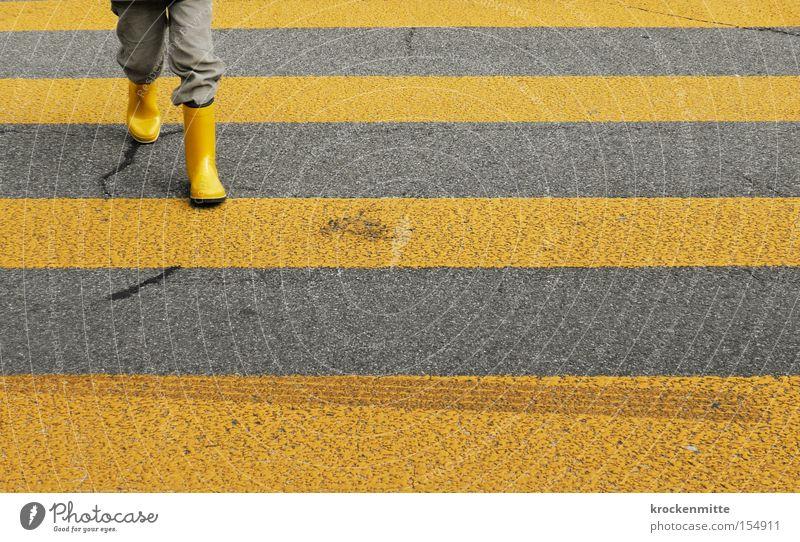 Sicherheit im Strassenverkehr Kind gelb Straße Junge gehen Verkehr Übergang Verkehrswege Schüler Stiefel Beruf Bildung Fußgänger Zebrastreifen Überqueren
