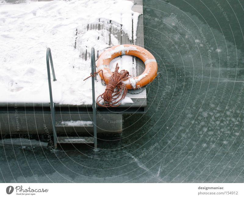 Wo ist meine Badehose? Wasser weiß grün Winter kalt Schnee Eis orange Seil Frost Hafen gefroren Steg frieren Leiter Glätte