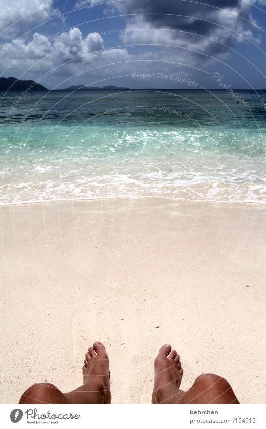 knusprig Wasser Himmel Meer blau Strand Wolken Fuß Sand Wellen Küste türkis genießen Paradies Afrika Flitterwochen Seychellen