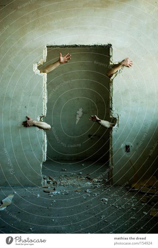 DAS DUNKLE GRAUEN Hand alt Leben Angst Arme Tür gefährlich 4 fangen gruselig festhalten verfallen schäbig Panik Putz greifen