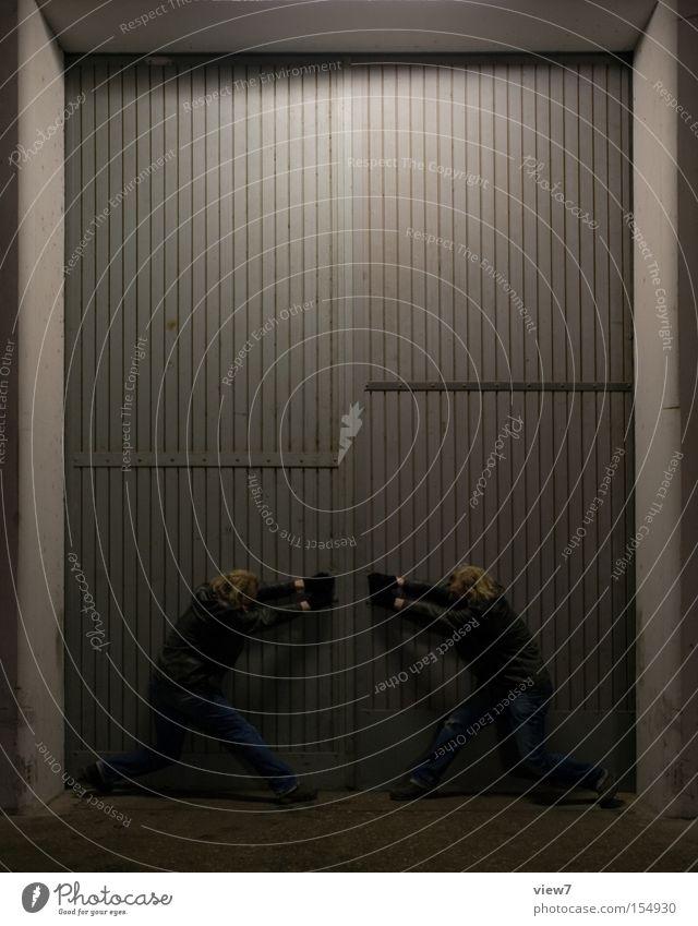 los geht's ... alt Zusammensein Tür Industrie Industriefotografie Tor Rost Lagerhalle Druck ziehen aufmachen Gate widersetzen klemmen bedeuten Holztor