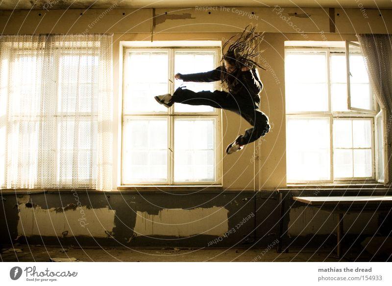 KUNG FU FIGHTING Fenster springen Raum fliegen hoch gefährlich Luftverkehr Aktion bedrohlich verfallen Kampfkunst Spannung kämpfen Kampfsport treten Angriff