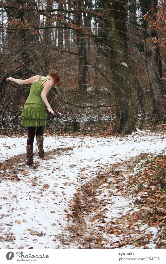 I feel so good... Frau Jugendliche schön weiß Baum grün Winter Blatt Wald kalt Kleid frieren Fee Elfe bezaubernd