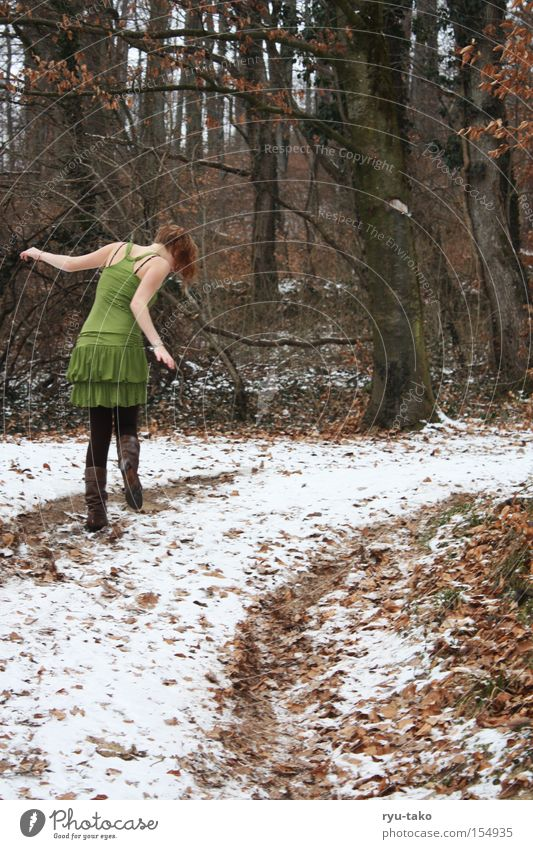 I feel so good... Wald Winter Blatt kalt Baum Frau Kleid grün frieren Fee Elfe bezaubernd schön weiß Jugendliche