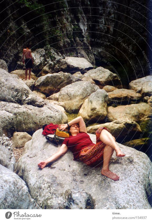 Frollein S. macht Urlaub Frau Sommer Ferien & Urlaub & Reisen Erholung feminin Stein Erwachsene Felsen schlafen Pause Fluss liegen Frankreich Bach Schlucht