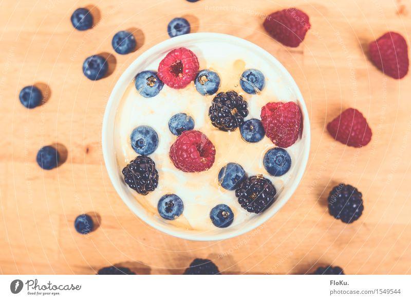 Beeriges Frühstück blau Gesunde Ernährung rot gelb natürlich Gesundheit Lebensmittel Frucht frisch genießen Fitness süß lecker Bioprodukte