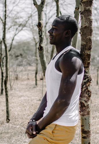 Patience. Mensch Jugendliche Mann Pflanze schön Baum Junger Mann Wald Erwachsene Gefühle natürlich Sport Lifestyle maskulin Zufriedenheit ästhetisch