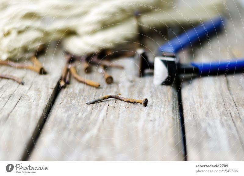 Zangen und Schnur auf einer Planke mit altem rostigem Nagel Holz Metall Arbeit & Erwerbstätigkeit dreckig Kraft retro Industrie Seil Hoffnung Rost Stahl