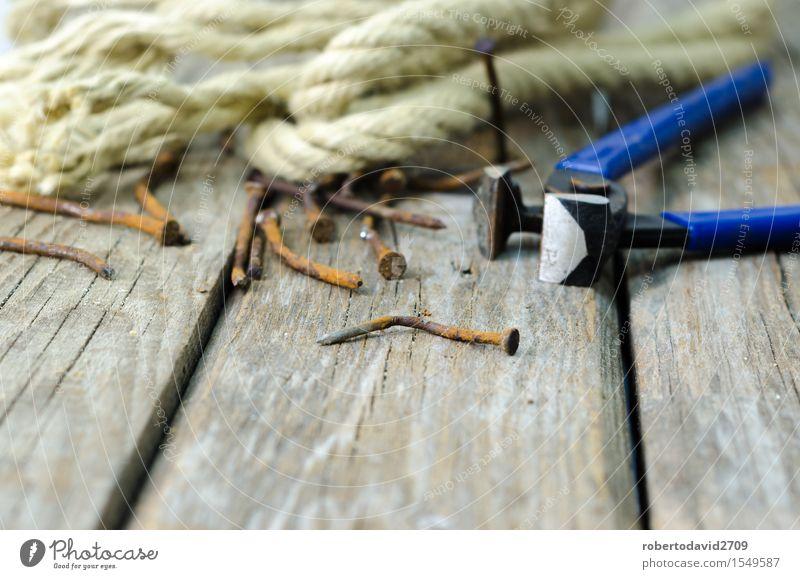 Zangen und Schnur auf einer Planke alt Holz Metall Arbeit & Erwerbstätigkeit dreckig Kraft retro Industrie Seil Hoffnung Rost Stahl Werkzeug Haushalt bauen