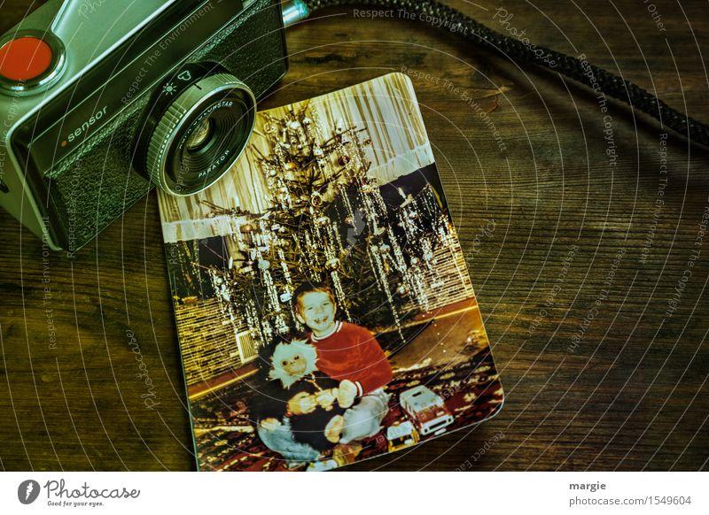 Nostalgie - Weihnachtsfreude- Eine alte analoge Kamera mit dem Foto eines kleinen Jungen sitzend vor einem Weihnachtsbaum Feste & Feiern Weihnachten & Advent