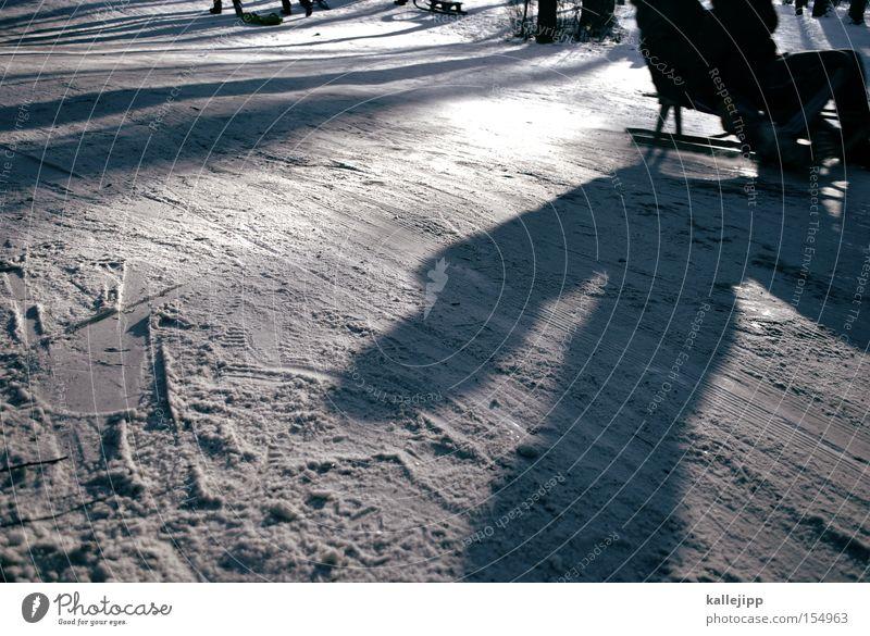 das ist der schnee auf dem wir alle talwärts fahren Schnee Winter Freude Schlitten Bewegung Skipiste Piste Rodeln Geschwindigkeit Schatten Spuren Linie