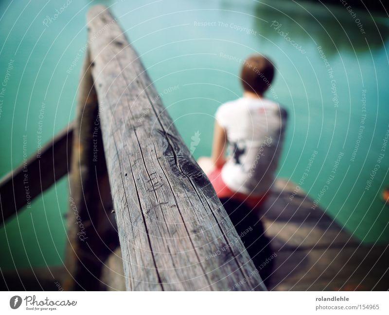 Sehnsucht Frau See Steg Baggersee Wasser Geländer Holz T-Shirt sitzen Denken Sommer Wet-Tshirt Hotpants