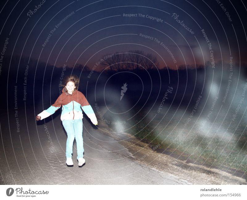 Drogenleben lachen Frau Nebel Atem Nachthimmel Abend Wiese Straßenrand hüpfen lustig Freude Freizeit & Hobby Jugendliche