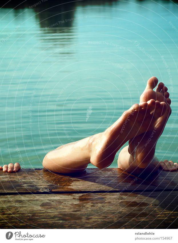Fußtheater Wasser Meer Sommer Freude Holz Fuß See Hand Finger Freizeit & Hobby Schwimmen & Baden festhalten türkis Steg Mensch