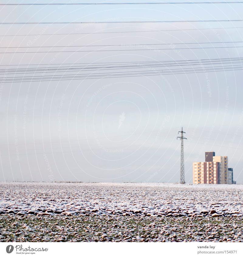 pastell farewell Feld Haus Hochhaus Strommast Elektrizität Winter gefroren frieren Leitung Versorgung Stadt Geschwindigkeit Frost Ferne Klima