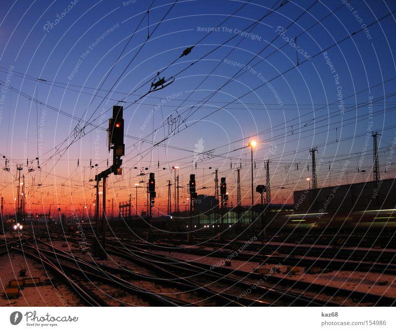 fernweh Bahnhof Eisenbahn U-Bahn S-Bahn Ferien & Urlaub & Reisen Reisefotografie Gleise fahren Frankfurt am Main Sonne Abend Elektrizität Kabel