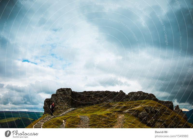 Ziel erreicht Mensch Natur Ferien & Urlaub & Reisen Jugendliche Mann Junger Mann Wolken Ferne Berge u. Gebirge Erwachsene Leben Freiheit Regen maskulin