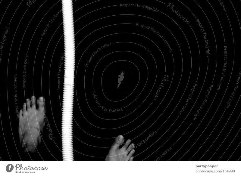 neben dem schlauch stehen! Fuß Schlauch schwarz weiß Barfuß Zehennagel Gefäße Hintergrundbild Schwarzweißfoto Kunst Kultur Angst Panik Plastikschlauch
