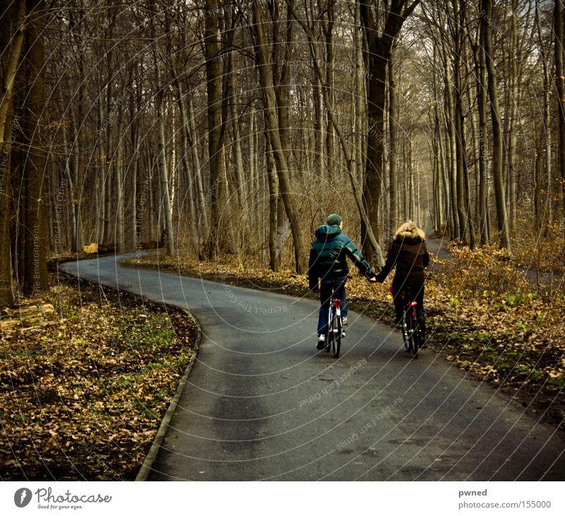 YEAH KIIIITSCH Jugendliche Winter Blatt Liebe Wald Fahrrad Romantik Verliebtheit Hand in Hand
