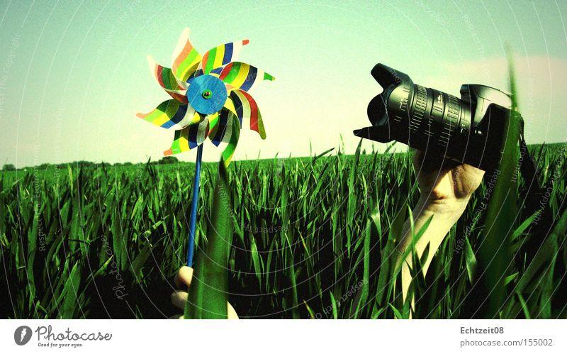 Noch ein Stück näher. Natur Brennpunkt analog Gras Vignettierung Himmel blau grün Makroaufnahme Nahaufnahme Farbe Windrad Fotokamera
