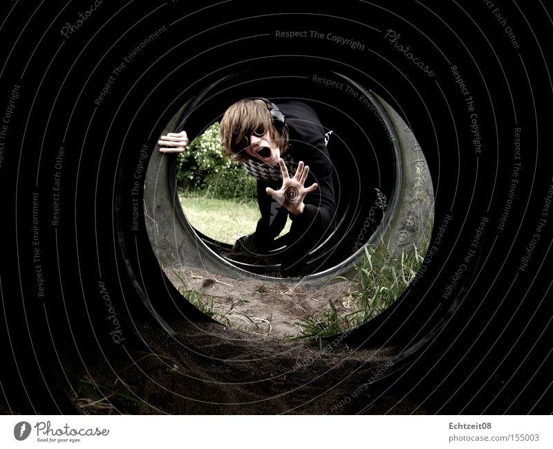 Spiral Collapse. Hand Jugendliche Musik Sand Erde Brille Freizeit & Hobby schreien Tunnel obskur Reifen Kopfhörer Schock verstört Junger Mann Tunnelblick