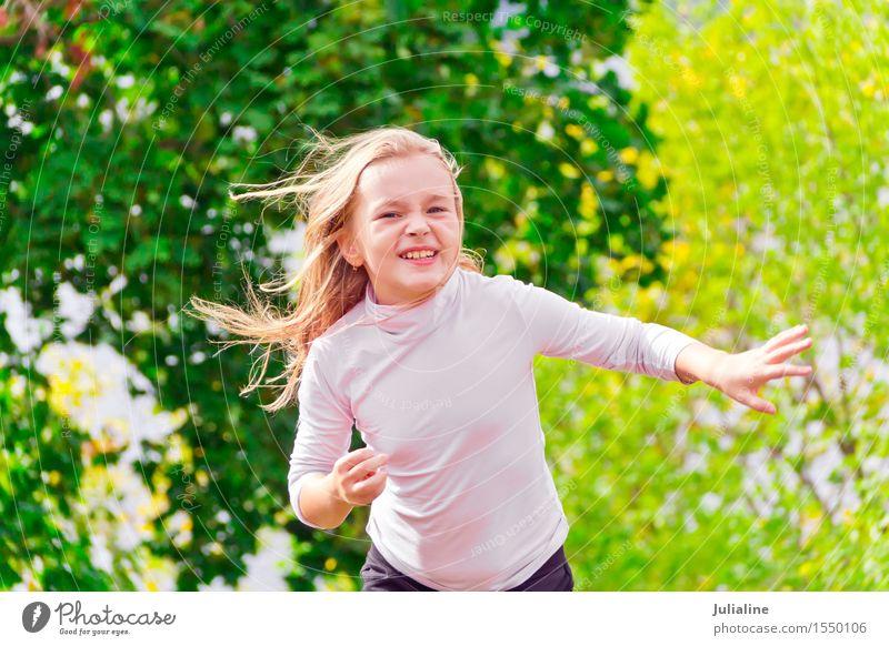 Nettes laufendes Mädchen am Sommer Lifestyle Erholung Freizeit & Hobby Spielen Tanzen Sport Kind Schulkind Frau Erwachsene Kindheit Jugendliche 1 Mensch