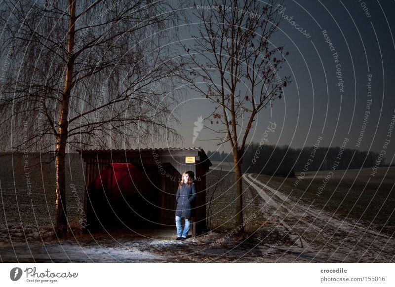 ...Still waiting.... Frau Natur Einsamkeit dunkel Straße Wege & Pfade lachen warten Vergänglichkeit Mütze Wartehäuschen