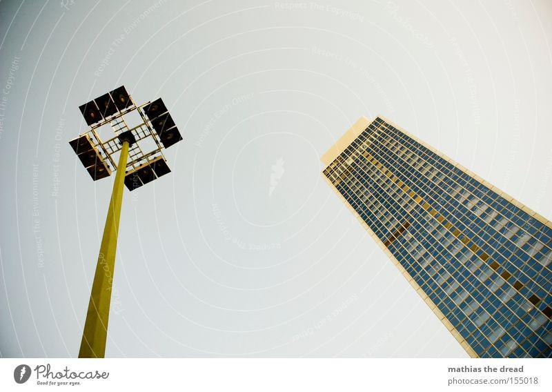 LAMPE AN HAUS schön Himmel Stadt Haus Lampe Berlin Fenster Linie groß Hochhaus hoch Fassade Laterne Glasscheibe majestätisch