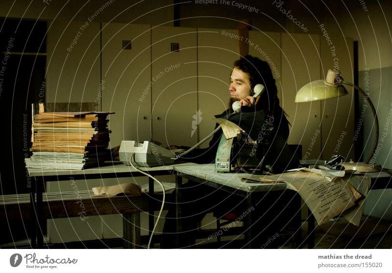 SCHATZ ICH BLEIB HEUTE LÄNGER IM BÜRO PART VI Mann dunkel Fenster Business Raum Telefon Schreibtisch verfallen Müdigkeit Stress sprechen schäbig Telefongespräch Schrank Arbeit & Erwerbstätigkeit Schreibmaschine
