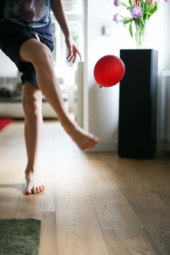 Spieltrieb Lifestyle Freude Freizeit & Hobby Spielen Häusliches Leben Wohnung Wohnzimmer Junge Junger Mann Jugendliche Kindheit Körper Beine Fuß 1 Mensch