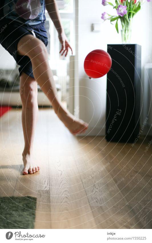 Spieltrieb Mensch Kind Jugendliche Junger Mann rot Freude 18-30 Jahre Erwachsene Leben Bewegung Lifestyle Spielen Beine Fuß Wohnung