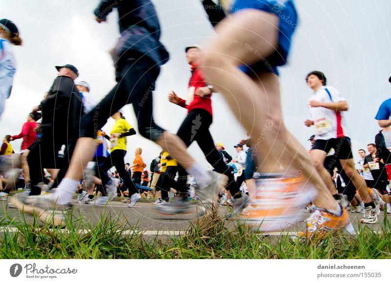 schöne Beine laufen Laufsport Joggen Bewegung Geschwindigkeit Fitness Gesundheit Ausdauer Sport Straße Perspektive Bewegungsunschärfe Marathon Leichtathletik
