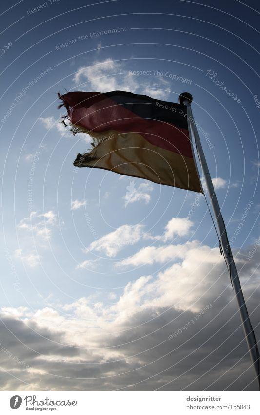 Steuern, Mann! Fahne Wetter Wind Sturm kaputt Deutschland Deutsche Flagge Bundesadler Krise Wirtschaftskrise Finanzkrise Zukunftsangst Angst untergehen Rettung