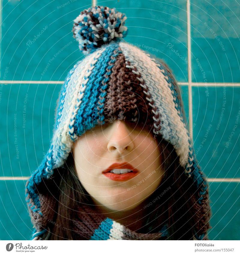 coldest winter Gesicht Lippenstift Winter Bad Mensch Frau Erwachsene Zähne Mütze kalt trashig blau rot Fliesen u. Kacheln Quaste verdeckt Porträt