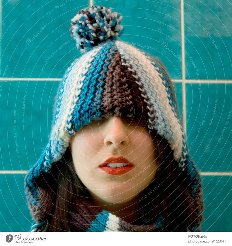 coldest winter Mensch Frau blau rot Winter kalt Erwachsene Gesicht Bad Zähne Lippen Mütze Fliesen u. Kacheln trashig Lippenstift verdeckt