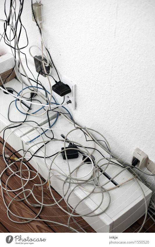 Kabelsalat in allen Ecken Hardware Telefonkabel Steckdose Verbindungstechnik Telekommunikation Internet hängen durcheinander chaotisch unordentlich Farbfoto