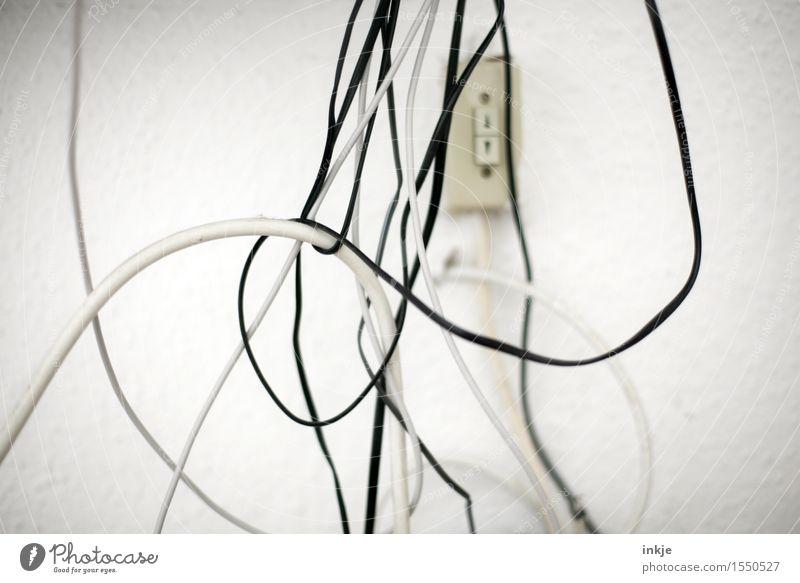 Kabelsalat Technik & Technologie hängen unordentlich chaotisch durcheinander schwarz weiß wickeln Vor hellem Hintergrund Elektrizität Farbfoto Gedeckte Farben