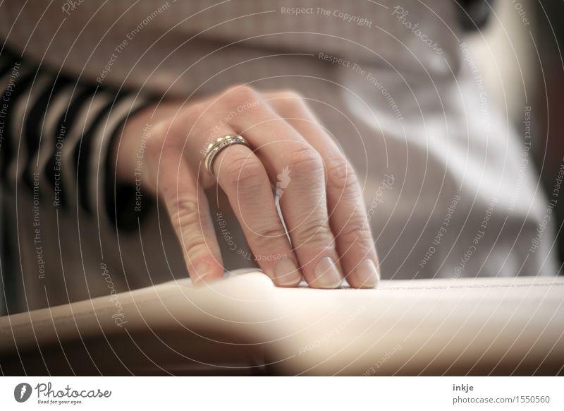 Das Backbuch II Mensch Frau Hand Erwachsene Leben Lifestyle Freizeit & Hobby Ernährung Buch lesen Ring Inspiration Interesse 30-45 Jahre gewissenhaft Schürze