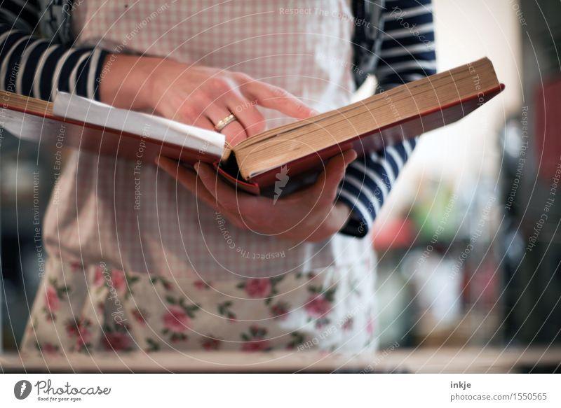 man nehme... Ernährung Lifestyle Freizeit & Hobby Häusliches Leben Frau Erwachsene Körper Hand 1 Mensch 30-45 Jahre Buch Kochbuch backbuch Schürze lesen rezept
