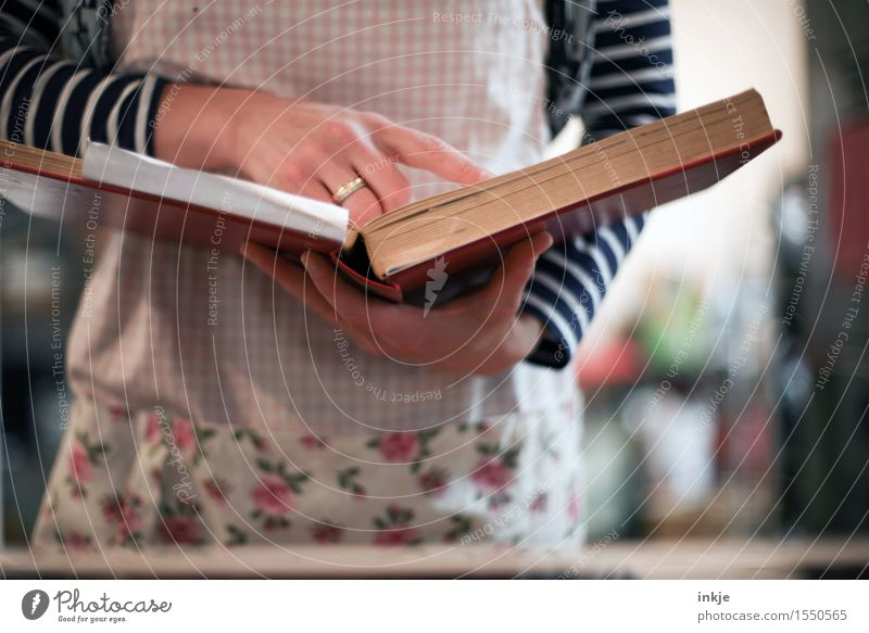 man nehme... Mensch Frau Hand Erwachsene Leben Lifestyle Häusliches Leben Freizeit & Hobby Körper Ernährung Buch Kochen & Garen & Backen lesen Zutaten