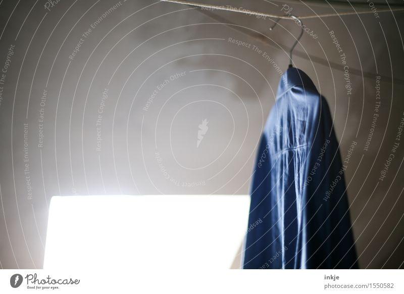 rumhängen blau Lifestyle Häusliches Leben Sauberkeit trocken Hemd trocknen Wäsche Wäscheleine hinten Dachboden rückwärts Kleiderbügel jeansblau