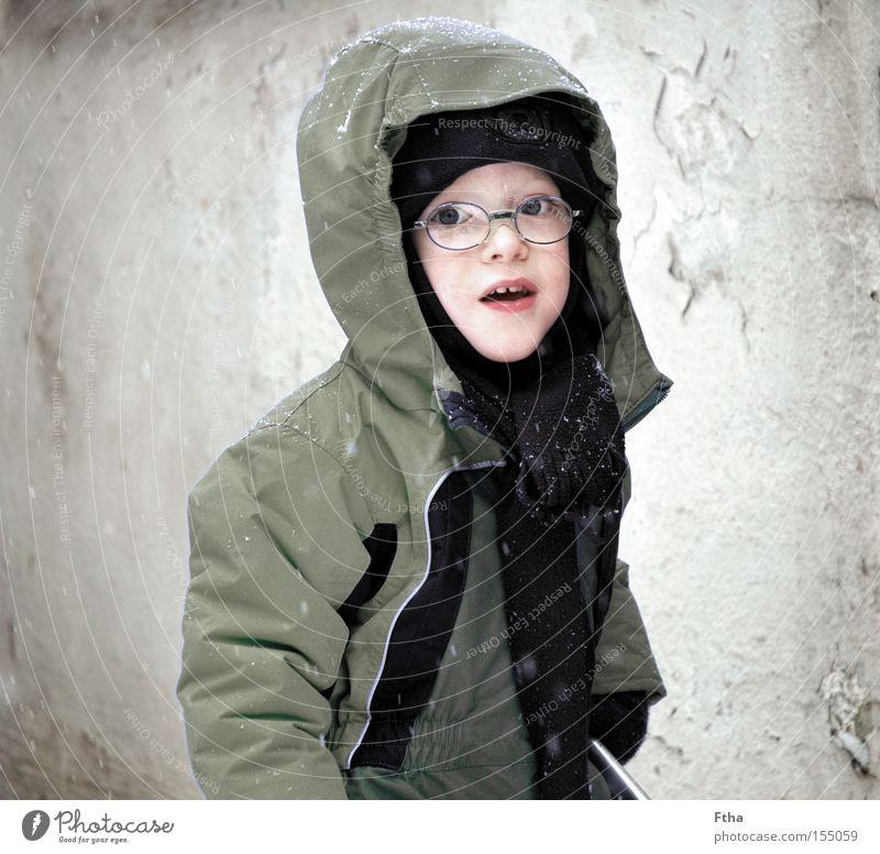 Frostkind Schnee Schneefall Kind Junge Porträt Sepia weiß Winter Brille kalt frieren Jacke Schal Kleinkind gefangen Blick Neugier unsicher warten zögern