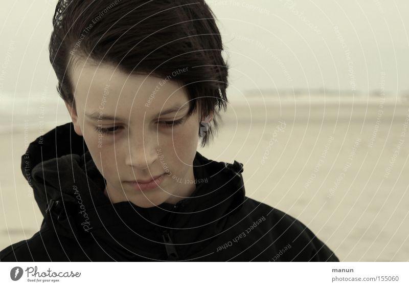 Zwischen den Zeiten Mensch Kind Jugendliche Strand Meer Gesicht ruhig schwarz Ferne Einsamkeit Gefühle Kopf träumen Traurigkeit Denken Wind