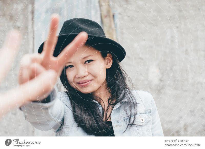 Peace 01 feminin Junge Frau Jugendliche Leben Mensch 13-18 Jahre 18-30 Jahre Erwachsene Hut schwarzhaarig langhaarig Blick Glück Zufriedenheit selbstbewußt