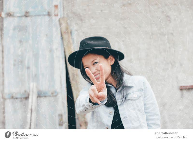 Peace feminin 1 Mensch 18-30 Jahre Jugendliche Erwachsene schwarzhaarig langhaarig Lächeln Ferien & Urlaub & Reisen authentisch frei Freundlichkeit Fröhlichkeit