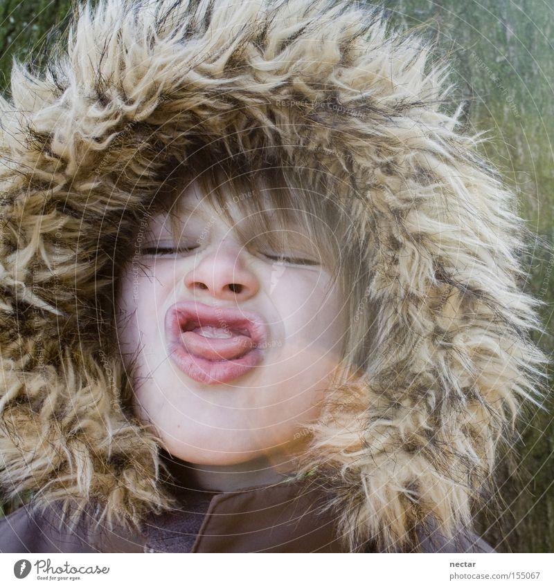 Inuit Kind Freude Spielen Junge Kindheit Gesicht Kindergarten Zunge Zunge Clown Kapuze Grimasse Unsinn Humor