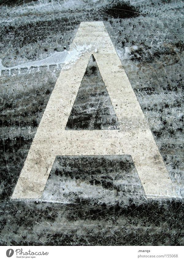 A Farbfoto Gedeckte Farben Außenaufnahme Detailaufnahme Winter Schnee Straße Beton Schriftzeichen kalt Spuren Typographie Asphalt gefroren Lateinisches Alphabet