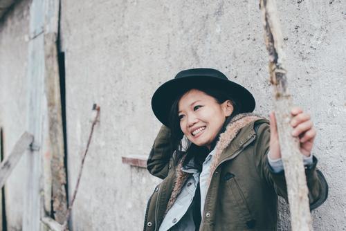 Reise nach Krostitz 02 feminin Junge Frau Jugendliche Leben 1 Mensch 13-18 Jahre 18-30 Jahre Erwachsene Jacke Mantel Hut schwarzhaarig langhaarig lachen
