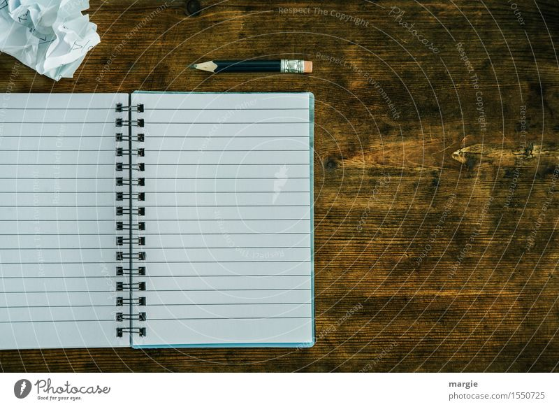 Liniertes Heft mit Spirale, Bleistift und ein zerknüllter Zettel auf einem alten Holztisch Bildung Schule lernen Arbeit & Erwerbstätigkeit Beruf Büroarbeit
